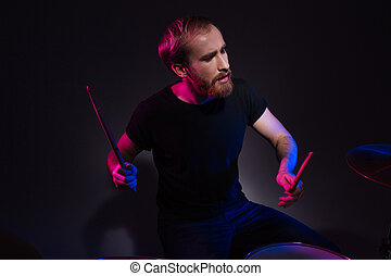 gioco, barbuto, seduta, uomo, bello, bacchette, tamburino, tamburi
