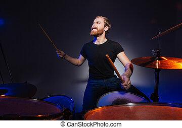 gioco, brutale, giovane, eccitato, tamburino, tamburi, barba