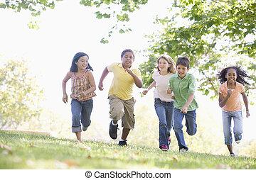 giovane, correndo, cinque, fuori, sorridente, amici