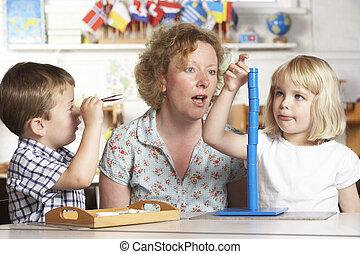giovane, due, porzione, bambini adulti, montessori/pre-school