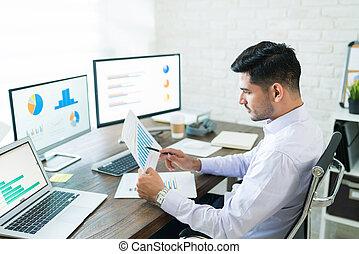 giovane maschio professionale, vendite, analizzare, attraente, grafico