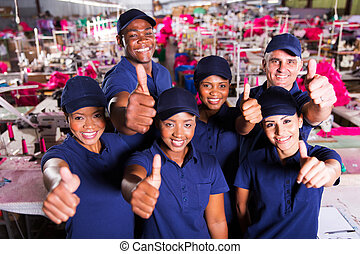 gruppo, fabbrica, su, pollici, colleghi lavoro, abbigliamento