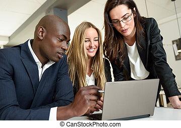 gruppo, ufficio., moderno, businesspeople, tre, multi-etnico, riunione