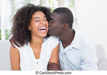 guancia, attraente, uomo, suo, amica, baciare
