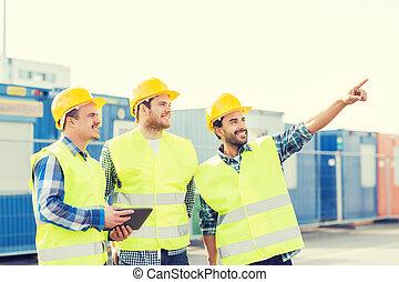 hardhats, sorridente, costruttori, pc tavoletta