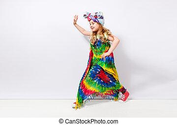 hippie, colorito, parete, contro, ragazza, bambino, vestito bianco, biondo, felice
