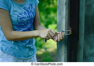 holding donna, serratura, esso, chiave, mettere