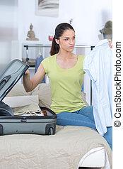 imballaggio, donna, giovane, valigia