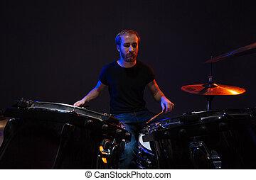 kit, gioco, uomo barbuto, attraente, suo, concentrati, tamburino