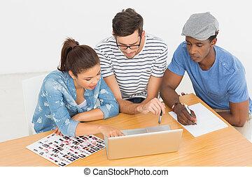 laptop, artisti, lavorando ufficio, concentrati