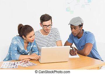 laptop, artisti, lavorativo, tre, concentrati, giovane