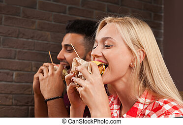 legno, hamburger, seduta, cibo, caffè, mangiare, digiuno, tavola, donna uomo, giovane