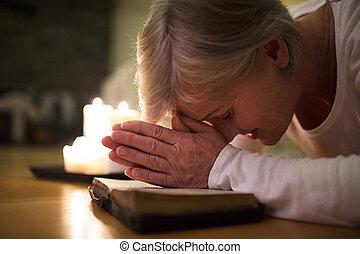 lei, afferrato, donna, bible., insieme, anziano, mani, pregare