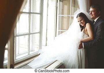 lei, fidanzato, finestra, mentre, sposa, dietro, risata, abbraccia, fronte