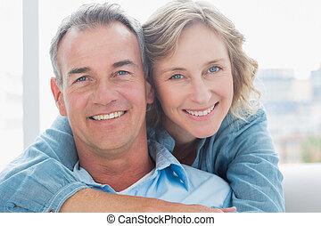 lei, marito, abbracciare, divano, sorridente, dietro, donna