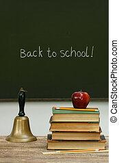 libri scuola, lavagna, campana scrivania