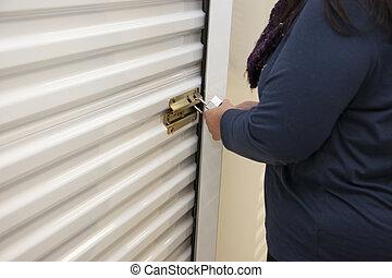 magazzino, sbloccando, loro, accesses, persona, armadietto, lucchetto