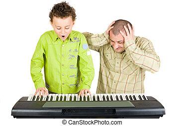 male, pianoforte gioca, capretto