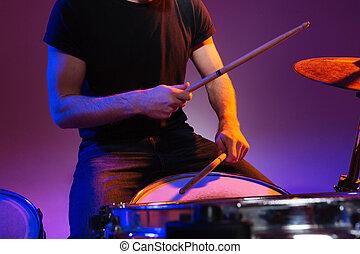 mani, gioco, seduta, uomo, bacchette, tamburino, tamburi