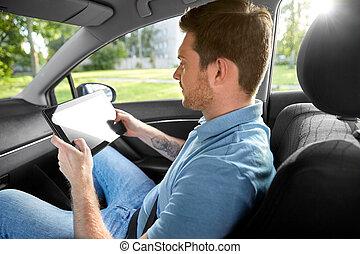 maschio, macchina passeggero, usando, tavoletta, computer, tassì