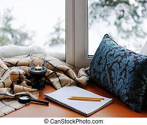 matite, blocco note, candela, vetro, magnificatore, cuscino, aperto, plaid.