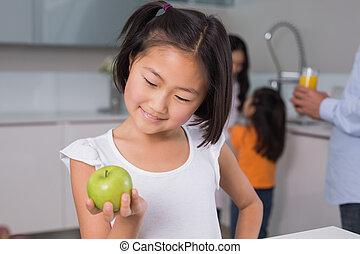 mela, famiglia, giovane, presa a terra, ragazza sorridente, cucina