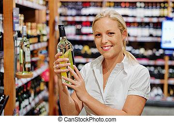 mensola, donna, supermercato, vino