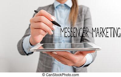 messaggero, parola, scrittura, indicare, telefono., vuoto, usando, penna, testo, marketing., clienti, mobile, spazio, app, tuo, concetto affari, messaging, marketing, donna, atto