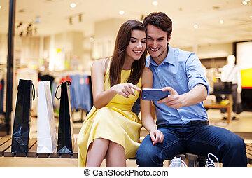 mobile, coppia, giovane guardare, telefono, sorridente