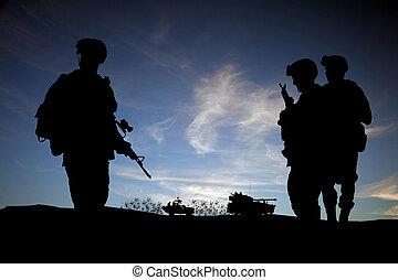 moderno, silhouette, veicoli, cielo, contro, mezzo, tramonto, fondo, soldati, est, giorno