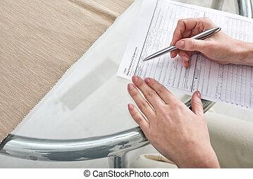 modulo femmina, mani, carta, assicurazione, giovane, reclamo, ripieno, sopra, salute, penna