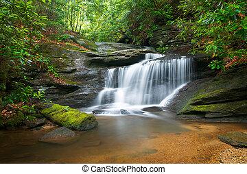 montagne blu, cresta, natura, offuscamento, albero, lussureggiante, pietre, acqua, verde, cascate, fluente, pacifico, movimento, paesaggio