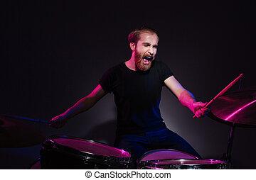 musicista, tamburi eseguono