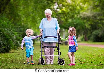 nonna, gioco, due, bambini, camminatore