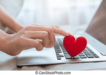 o, cuore, data, situazione, amore, durante, testo, tastiera, casa, coppia, chiacchierata, trovare, stare, amante, rosso, coronavirus, mano, pandemia, flirt, linea, laptop, toccante, messaggero