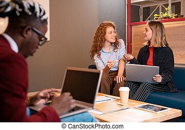 o, donne affari, felice, lavorativo, studenti, momenti, casuale, due, giovane, discutere