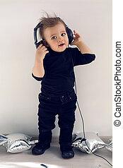 one-year-old, ascoltare musica, roccia, bambino, vestiti neri