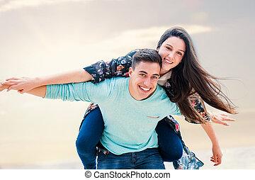 outdoors., coppia felice, intorno, gioco