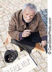pavimento, depresso, seduta, tramp., indossare, fuori, fumo, uomo senior, sporco