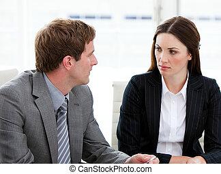persone parlando, affari, due, concentrati, insieme