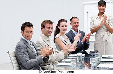 persone, vendite, battimano, collega, affari, sorridente, figure, segnalazione, secondo