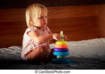 piccola ragazza, giochi, piramide, divano, rosa, biondo