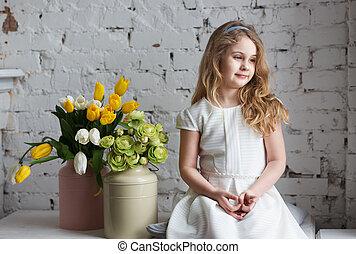 poco, biondo, seduta, finestra, ragazza, vestire, bianco