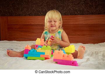 poco, giocattolo, giochi, seduta, divano, costruttore, biondo, ragazza