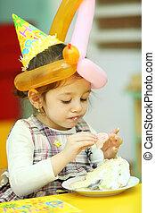 poco, mangiare, lei, vestito, giallo, torta compleanno, ragazza, cappello