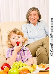 poco, nonna, fragola, frutta, ragazza, mangiare