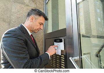 porta, parete, sistema, uomo affari, usando, sicurezza