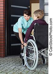 porzione, donna, invalido, entrare, caregiver casa