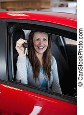presa a terra, donna, chiavi automobile