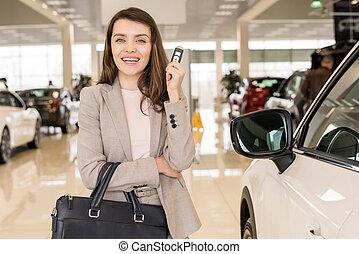 presa a terra, sala esposizione, chiavi automobile, bella donna